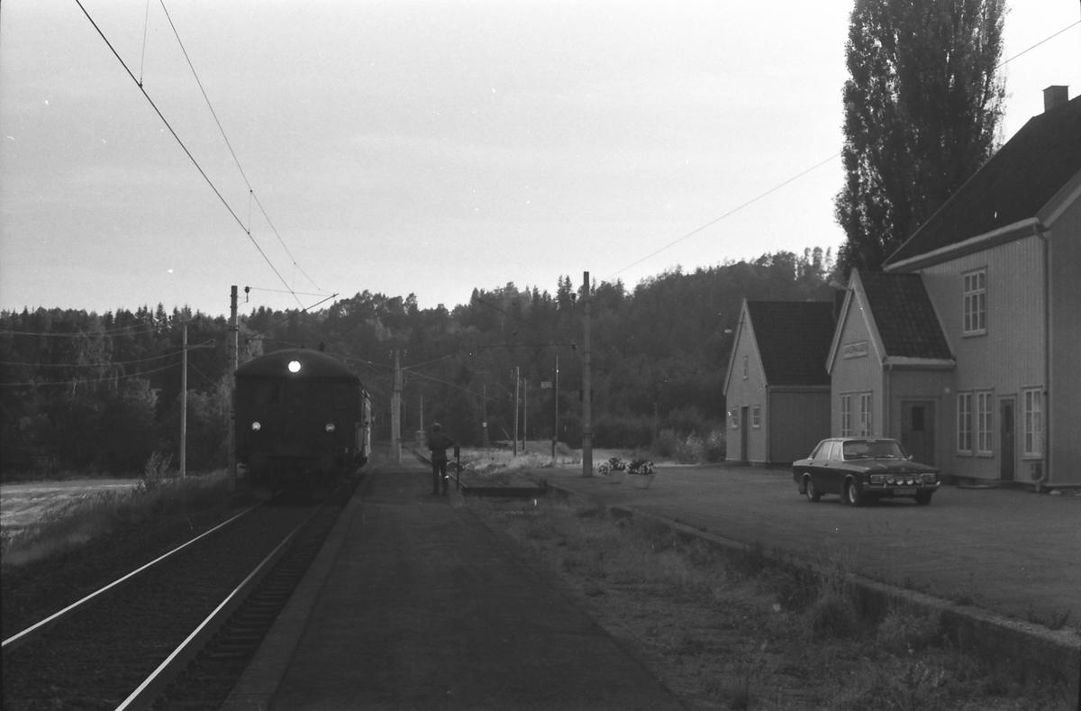 Persontog Bø - Nordagutu ankommer Akkerhaugen.