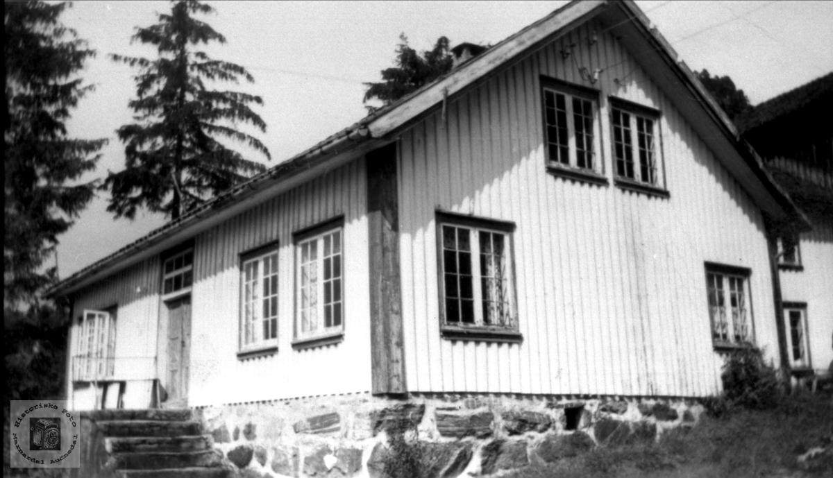 Hus på Skjævesland som i dag er borte Bygget sammen med uthus. Skolestue under krigen.