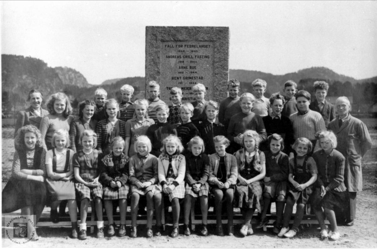 Skoleklasse på Øyslebø fremfor minnestøtten