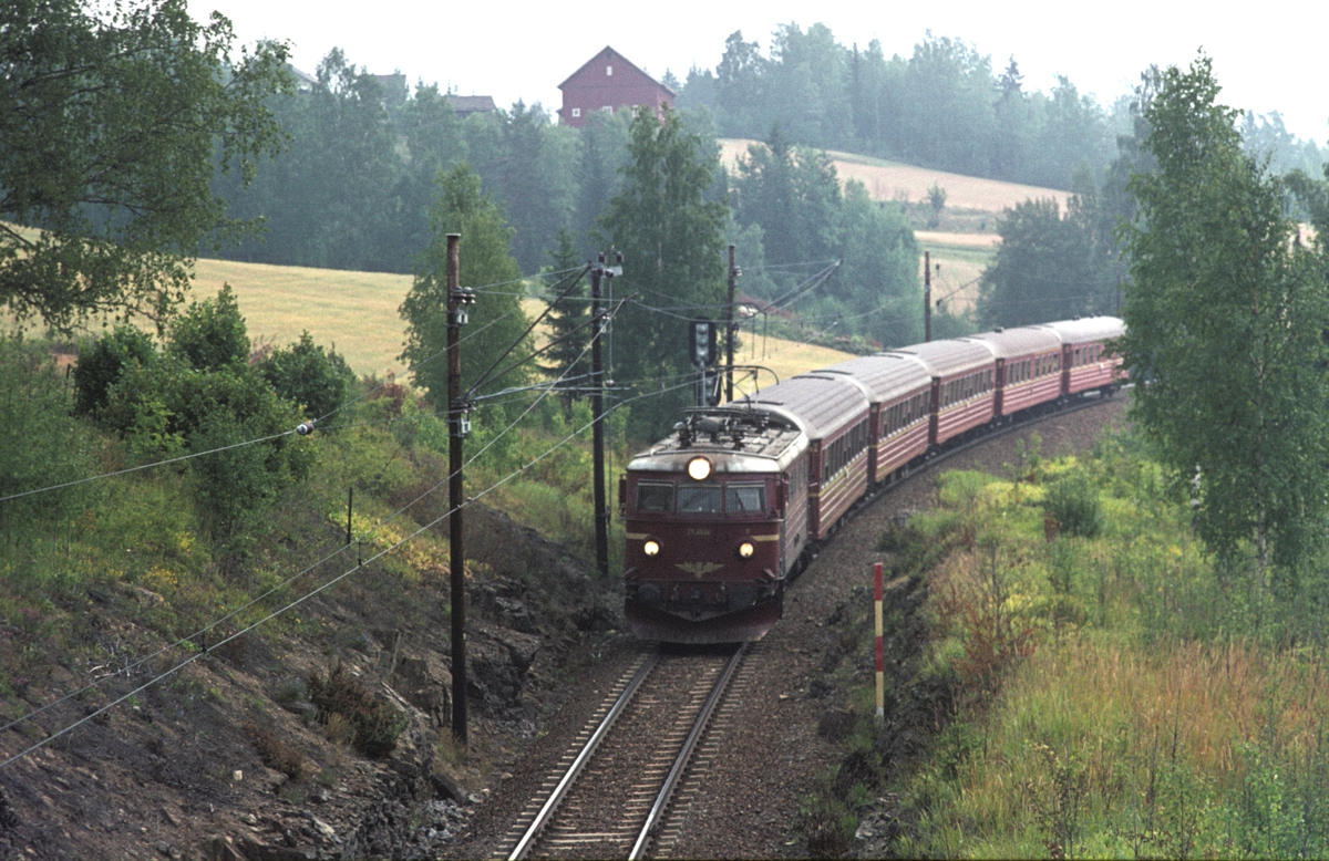 """Tog 609, """"Trolltog"""", med elektrisk lokomotiv type El 13 ved Grindvoll."""