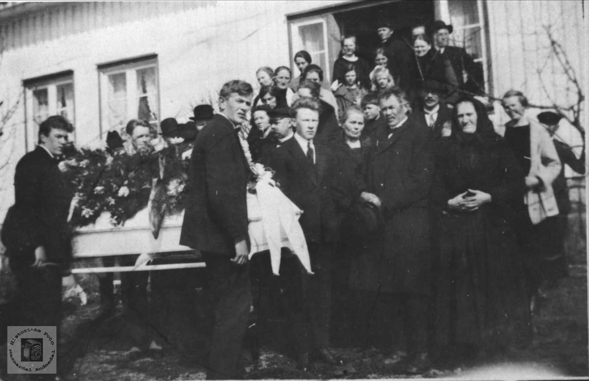 Begravelse til Olav Olsen Høye f. 1893 død 1925