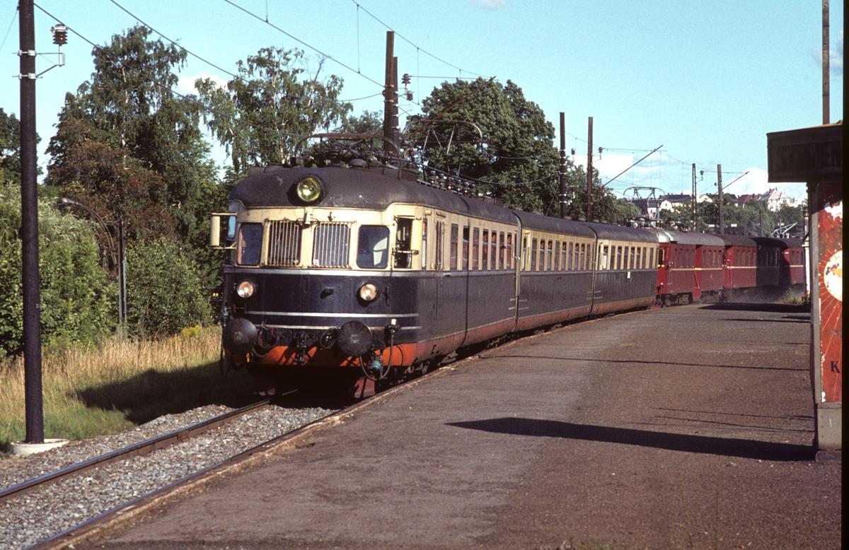 Hurtigtog 811 Oslo V - Larvik passerer Skøyen stasjon. NSB elektrisk motorvognsett type 66 og 68A. Bakre sett ble koblet av i Drammen og gikk videre til Vestfossen.