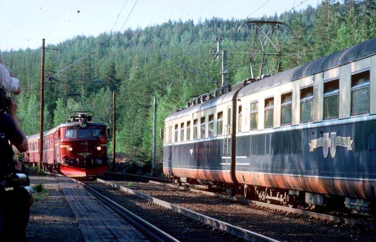 """Kryssing i Øysteinstul. Et 73 og ekstratog. """"Farvel til type 66"""". Ekstratog for Norsk Jernbaneklubb med ekspresstogsett type 66, motorvogn BM 66 01, mellomvogn B66 og styrevogn BS66 63. Turen gikk Oslo V - Horten - Brevik - Skien - Kongsberg - Oslo V,  noen dager etter at togsettene var tatt ut av trafikk."""