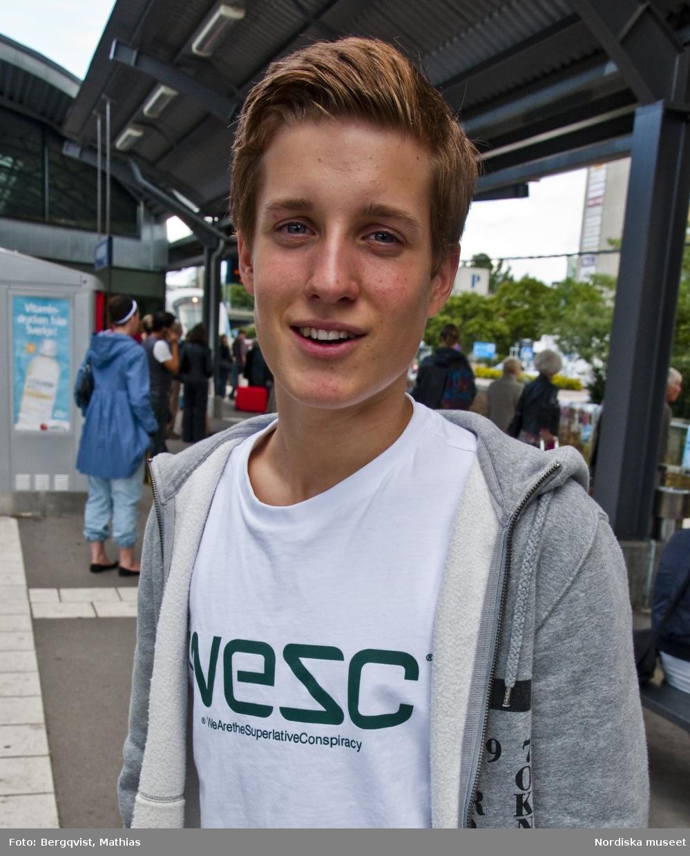 Foton tagna av elever från Mediagymnasiet i Nacka. Eleverna fick i uppdrag att  till Nordiska museets webbplats om kläder och mode leverera bilder från vardagen i Stockholm i september 2010. Ung man i Jakobsbergs centrum.