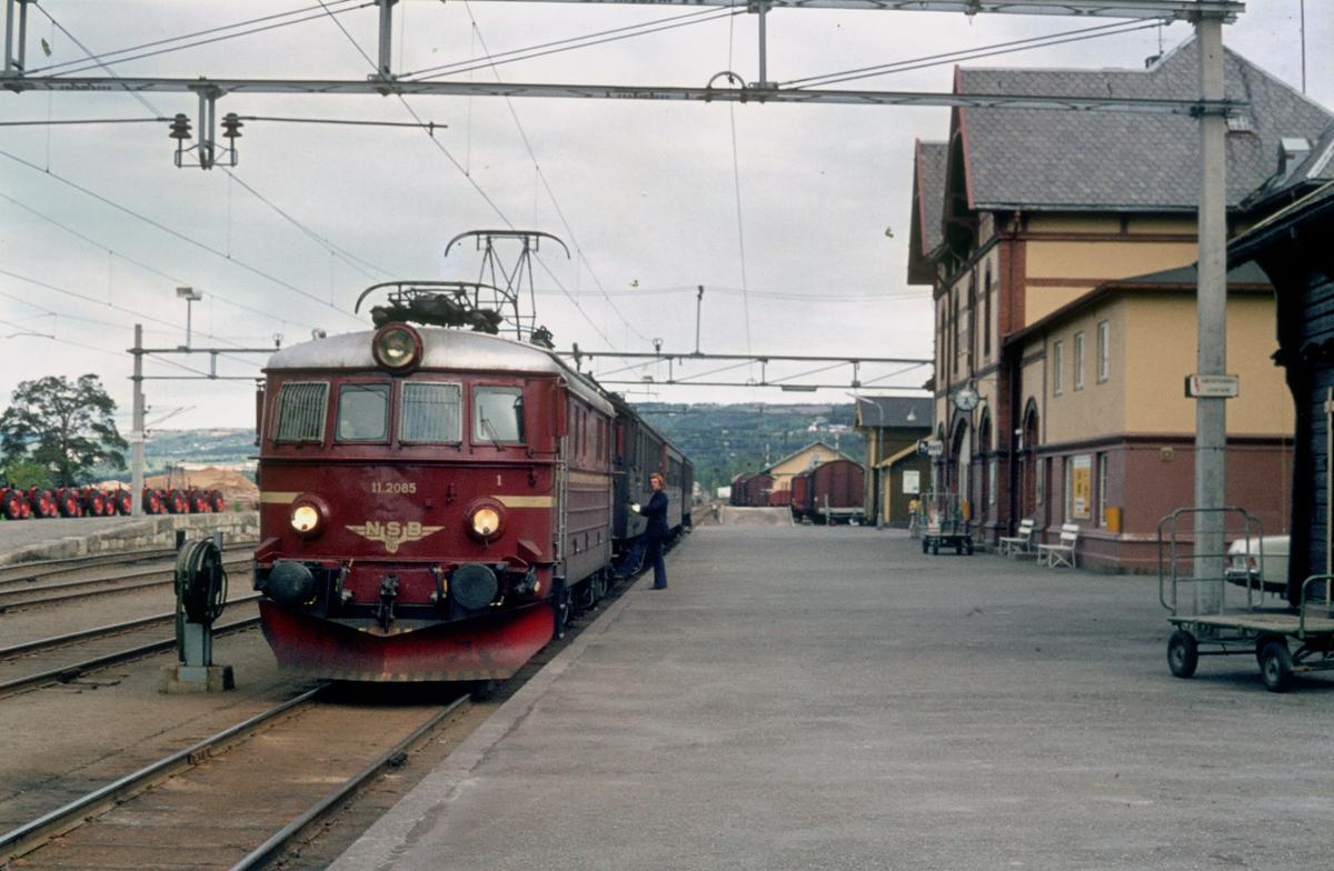 Tog 207 har ankommet Gjøvik stasjon og lokomotivet skal skiftes rundt togstammen.