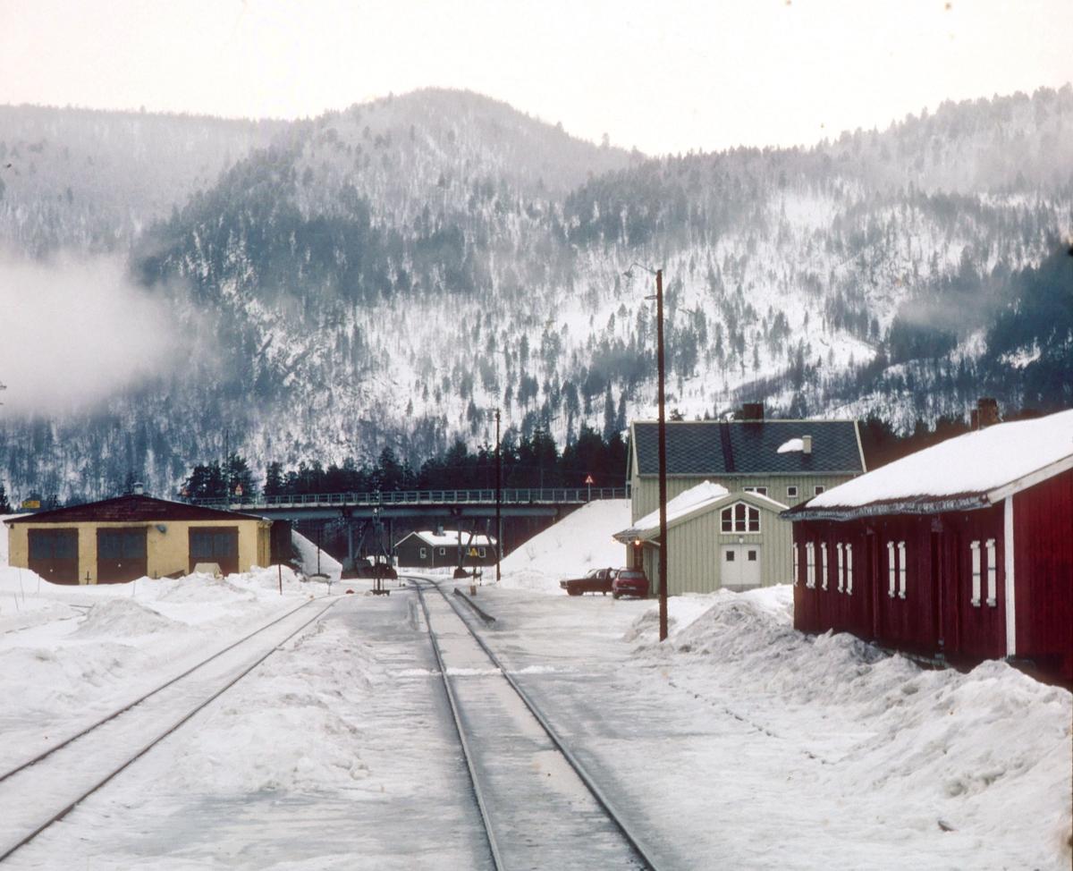 Røkland stasjon, tidligere Saltdal stasjon, sett fra lokomotivet i tog 452, dagtoget Bodø - Trondheim. Saltdal var endestasjon for Nordlandsbanen 1955 - 1958. Skiftet navn til Rokland i 1964, og Røkland 1965. Ble nedlagt som stasjon, og ble holdeplass i 1977.