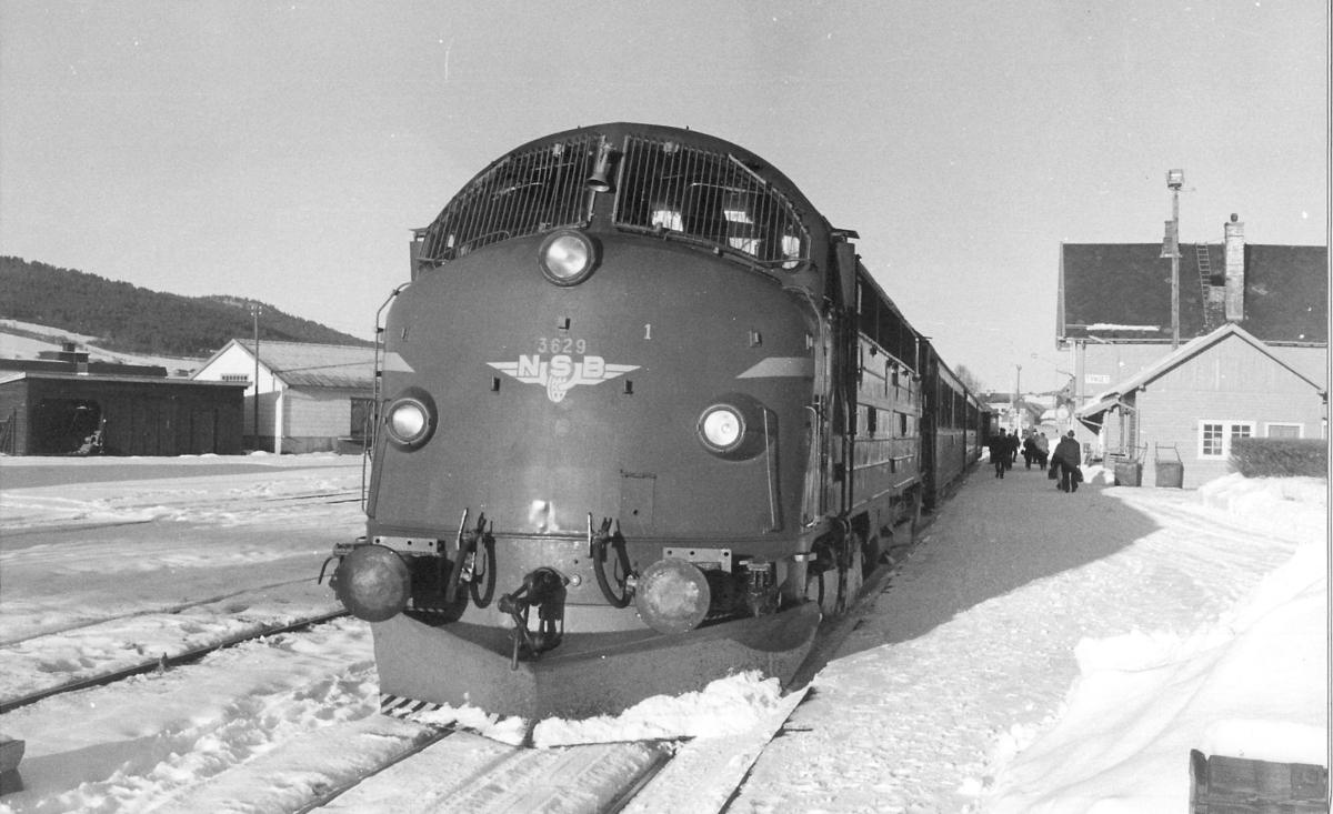 Dagtoget, tog 302, Trondheim - Oslo Ø, Tynset stasjon. NSB dieselelektrisk lokomotiv Di 3 629.