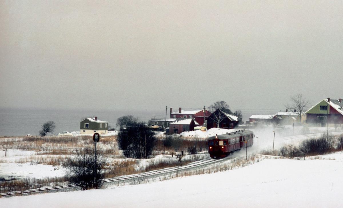 Persontog med NSB dieselmotorvognsett type 86 ved Være, på vei til Trondheim.