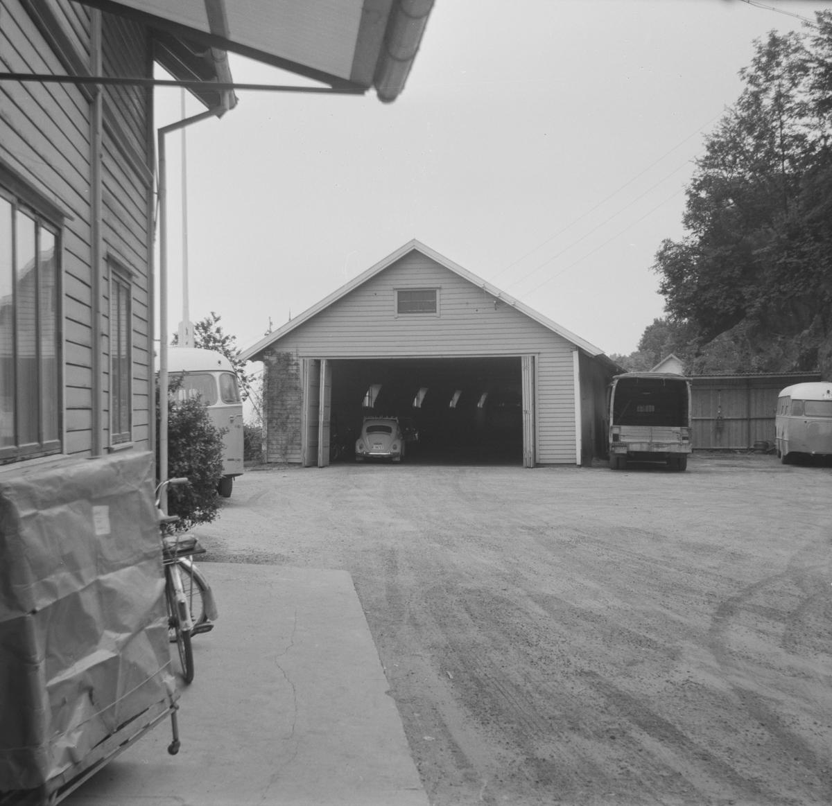 Nesttun-Osbanens gamle stasjonsbygning på Os. Vognhallen i bakgrunnen.