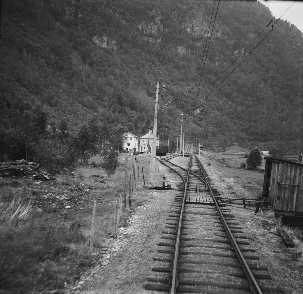 Fra Hardangerbana. Utsikt fra førerrommet på motorvogn type 64 idet toget kjører inn på Neshem holdeplass.