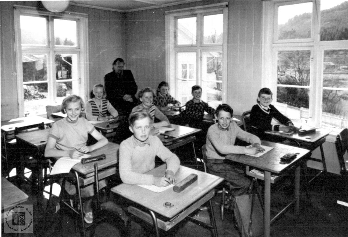 Klassebilde i skolestova ca 1953. Laudal skole.