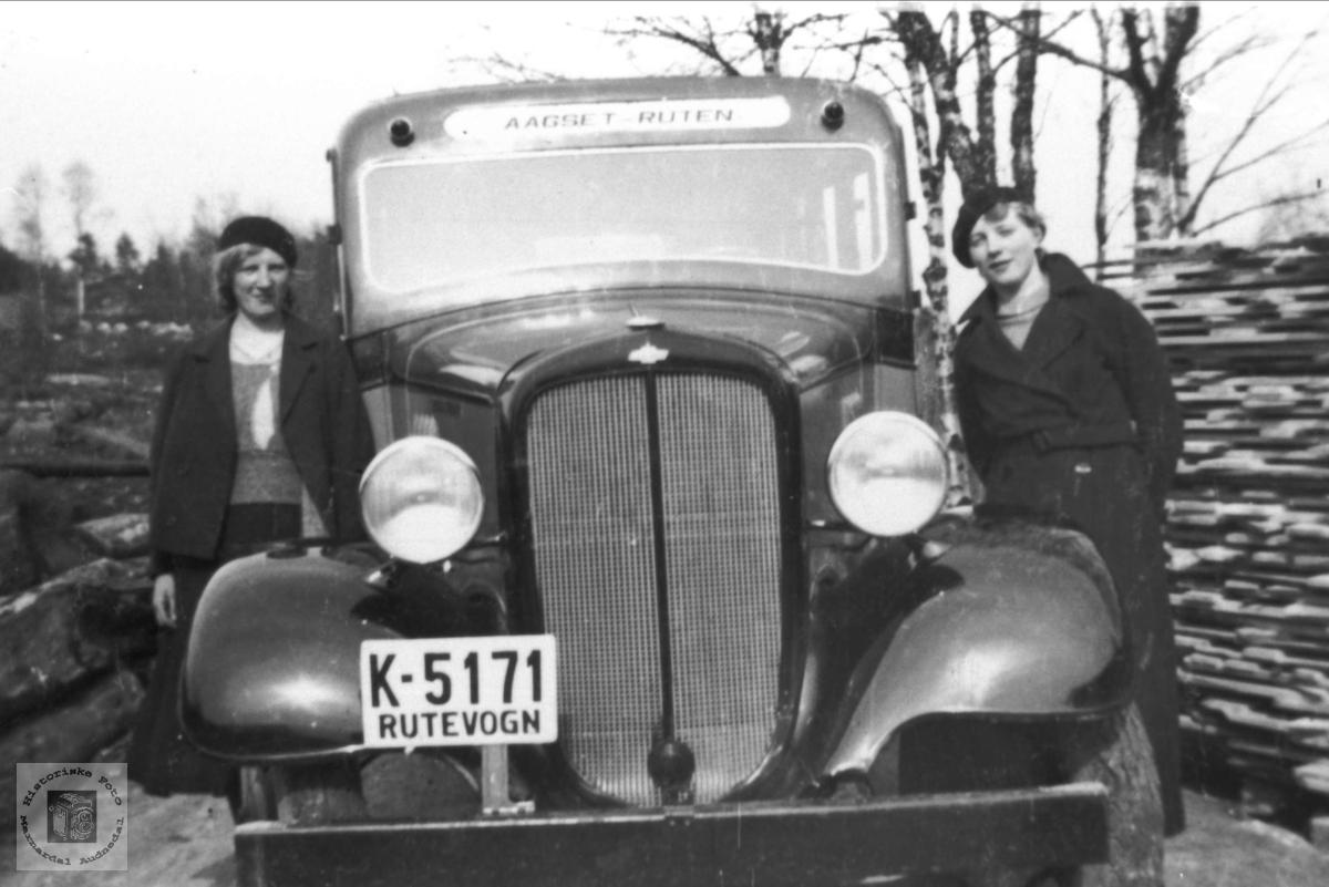 Rutebil K-5171 Chevrolet årsmodell 1934-35. Dette skal ha vært en Chevrolet 1935-modell med 15 seter som rutebileier Jul. Olsen, Laudal, hadde. I 1937 kjøpte han en ny Dodge med 17 seter. Den fikk samme registreringsnummer, K-5171, og da ble sannsynligvis Chevrolet'en solgt.