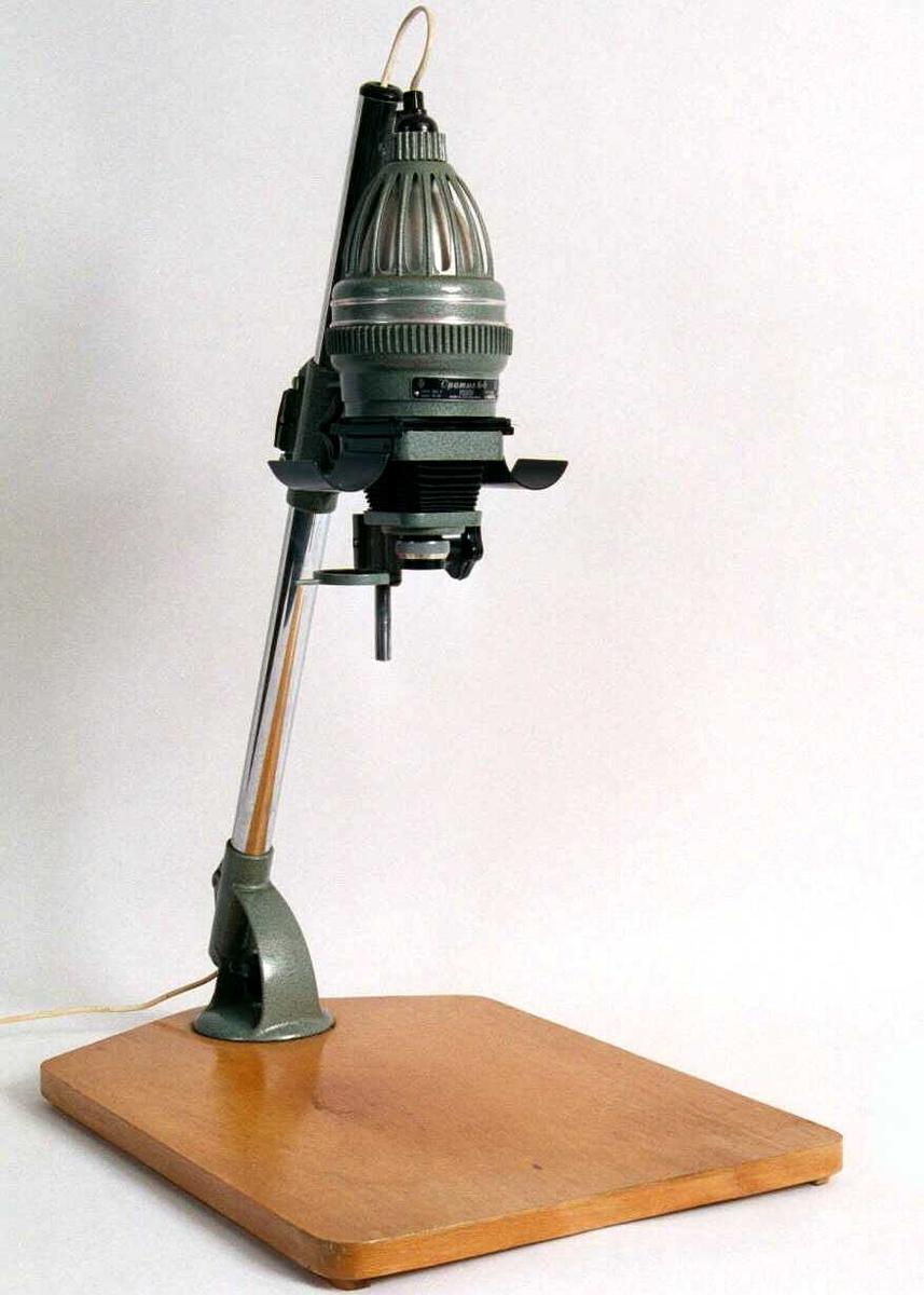 Plate m. rør hvor linse og filmholder skyves opp/ned