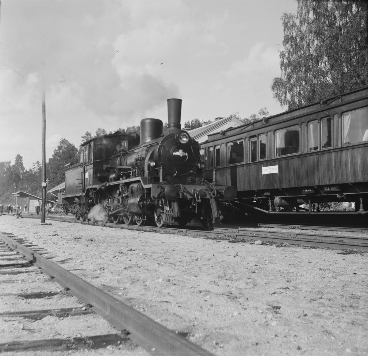 A/L Hølandsbanens veterantog på Krøderen stasjon. Damplok 18c 245 er snudd på svingskiven og går rundt togstammen.