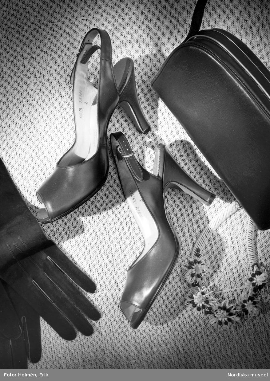 Skoutställning, Vår. Skor med slingback, handskar, handväska och blomsterprytt halsband.