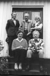 "Familiegruppe (søsken). Bildet er tatt ""der nord"" hjemme hos"