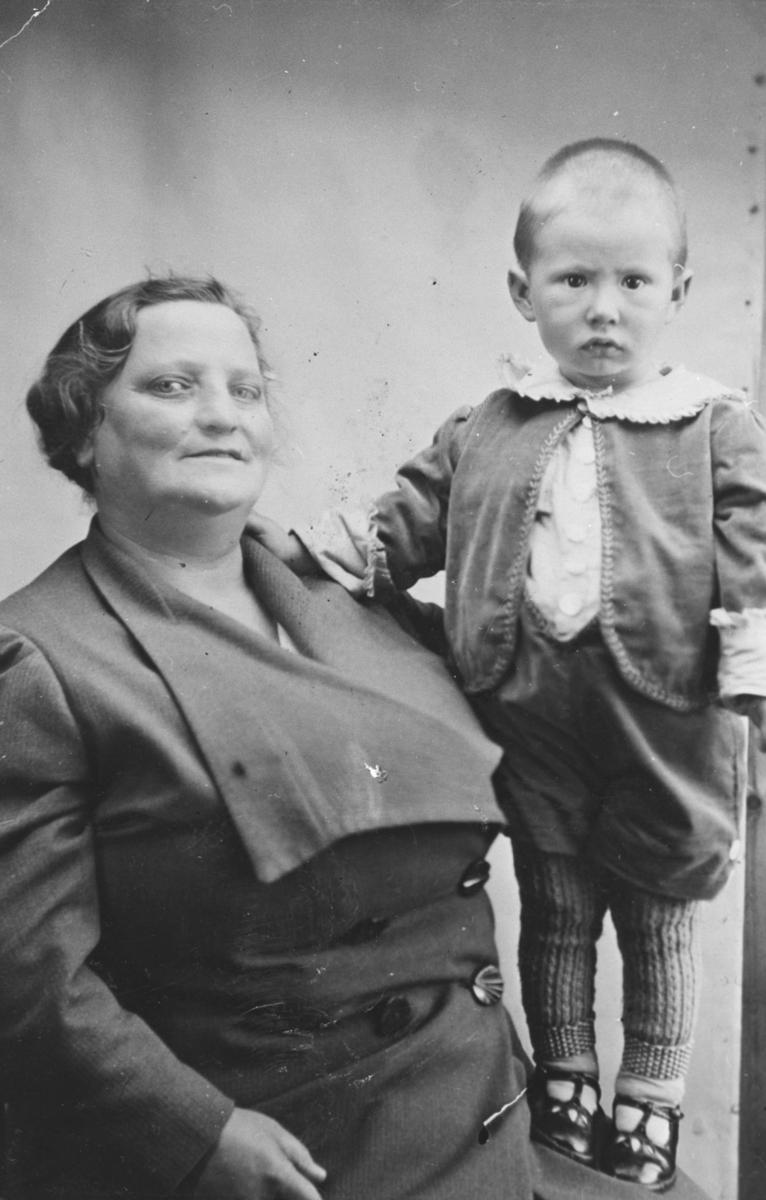 Berlevåg. Hilda Forseng med fostersønnen Andreas, som kom fra Gulgofjord.