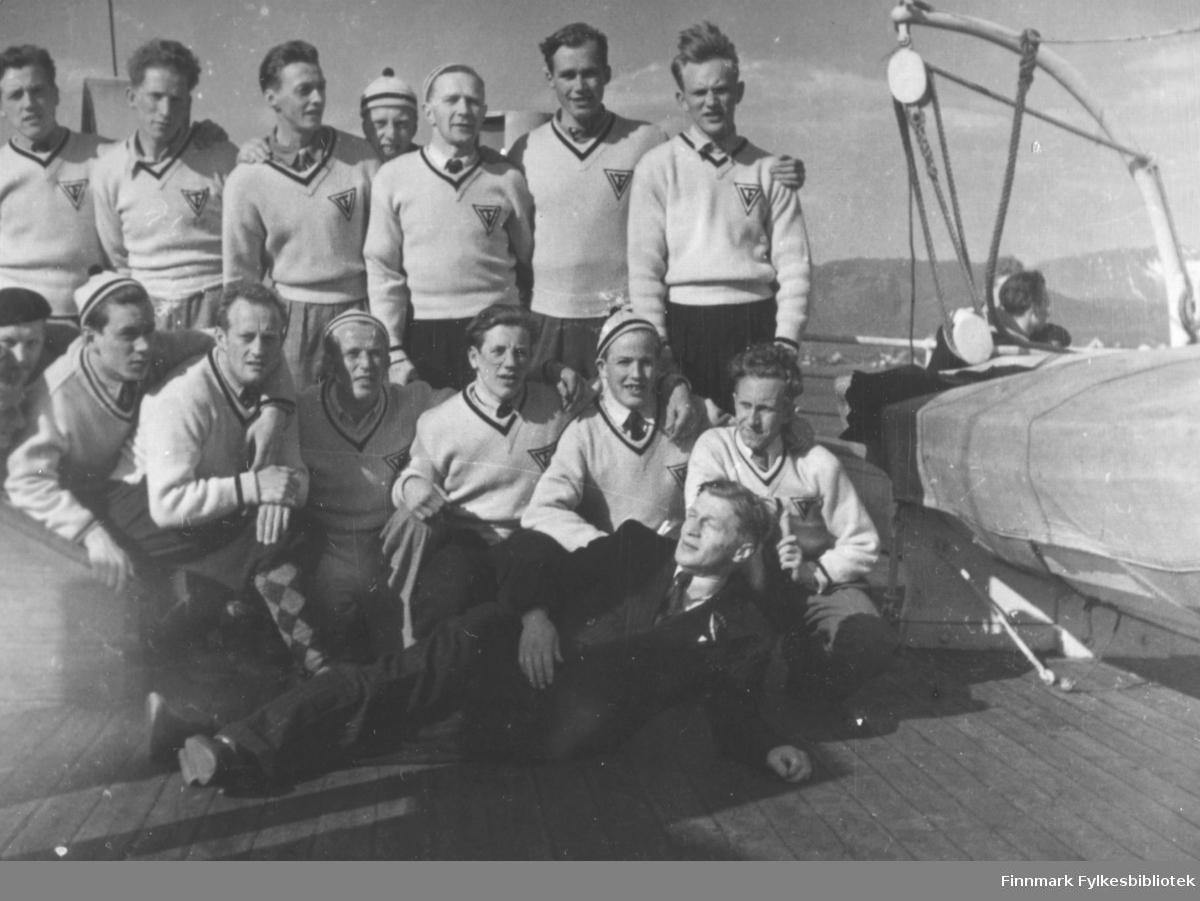 Vadsø turnforenings gruppe fotografert ombord på Hurtigruta, på vei for å delta i Holmenkollstafetten i 1949