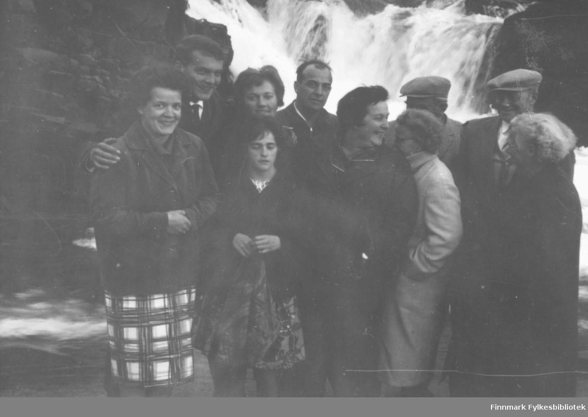 Besøk fra Tyskland sommeren 1960 av Ragnhild Ebeltofts søster Gunvor med familie. Bildet er tatt i Fossen, Vadsø