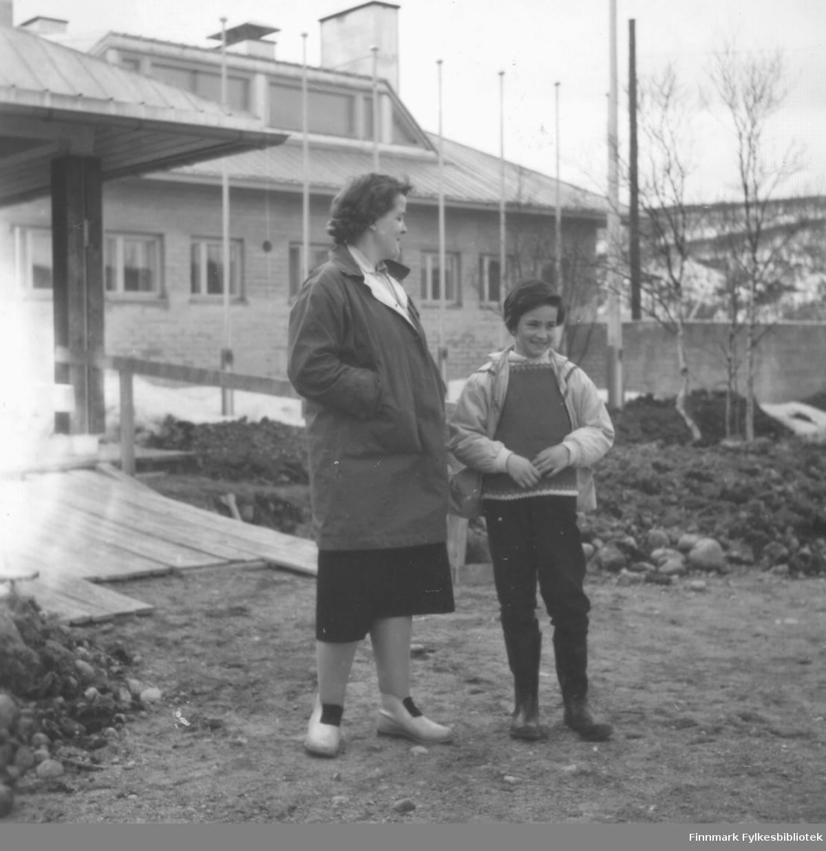 Ragnhild Ebeltoft og datteren Torill utenfor Utsjok turisthotell, ca. 1960