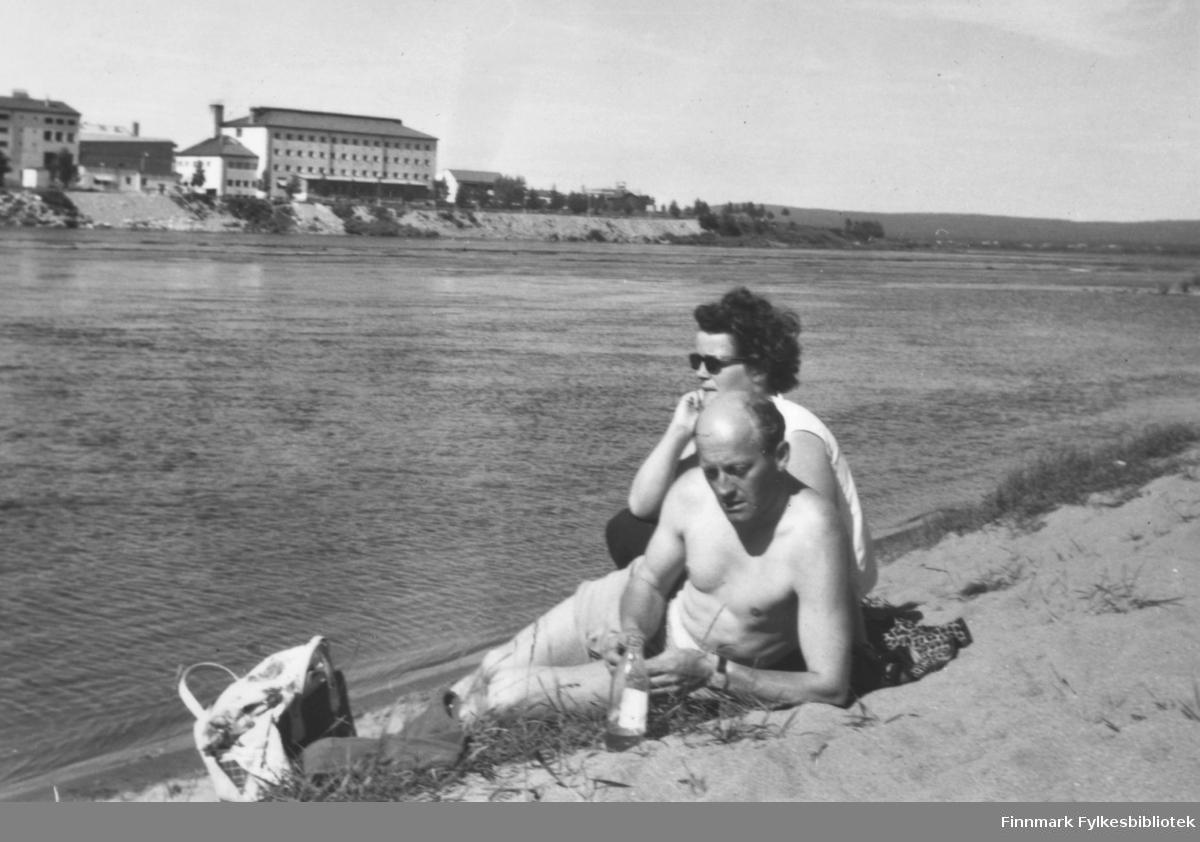 Fritz og Ragnhild Ebeltoft på ferie, antakelig 1963. Ser ut til at byen i bakgrunnen kan være Rovaniemi?