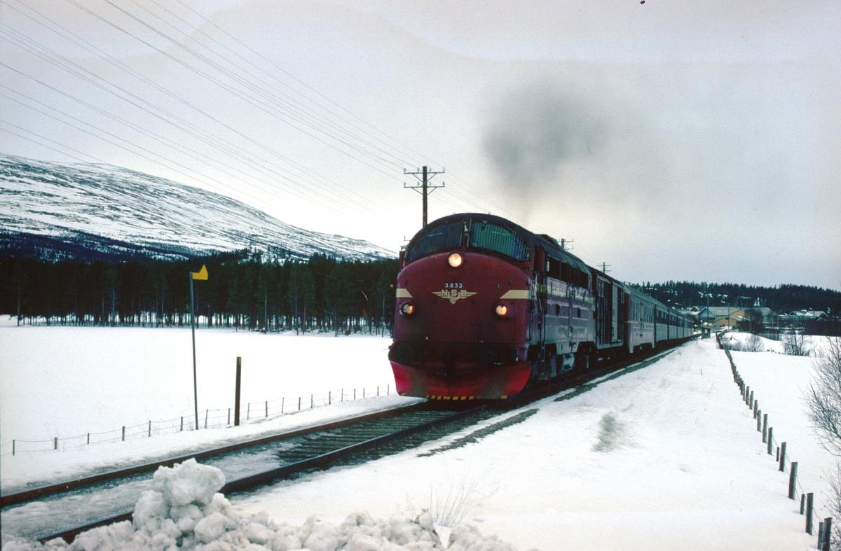 NSBs dagtog, tog 301, Oslo - Trondheim over Røros kjører ut fra Os stasjon, Os i Østerdalen.