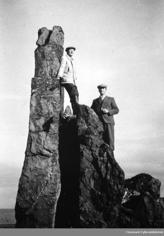Bildet viser Johan Øverli og Kristian Sørensen, poserende på en fjellknaus. De holder på med undersøkelser til stikningsarbeidet på strekningen Bussesund - Sandfjord.