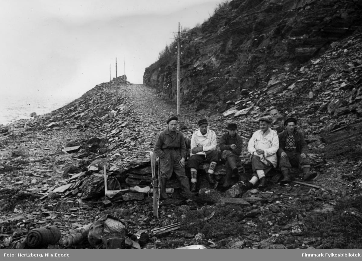 Våren 1948 ble det foretatt en befaring Vadsø - Smalfjord - Sjursjok - Ifjord - Bekkarfjord - Hopåseidet - Mehamn - Kjøllefjord - Vadsø. Med på turen var: Avd.ing. Nils E. Hertzberg, oppsynsmann Johannes Foslund, og tekniker Godtfred Karlsen.
