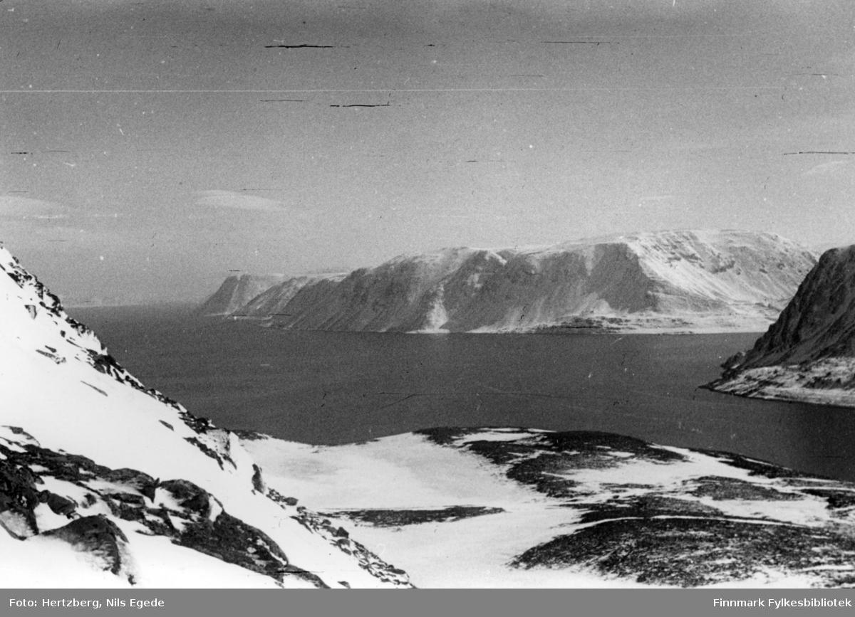 Dette området hører til Gamvik kommune. Bildet er tatt ovenfor Langnes og fjorden som går inn til høyre, er Store Skogfjord, og fjorden utover er Hopsfjorden mot Tanafjorden. Våren 1948 ble det foretatt en befaring Vadsø - Smalfjord - Sjursjok - Ifjord - Bekkarfjord - Hopseidet - Mehamn - Kjøllefjord - Vadsø. Med på turen var Nils. E. Hertzberg, Johannes Foslund, Godtfred Karlsen. Se bildene 313-324. Utsikt. Hopseidet.
