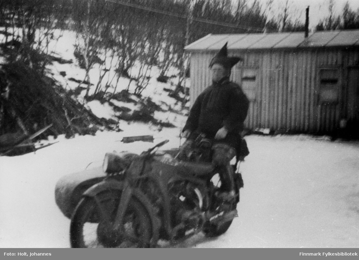 Ukjent same sitter bakpå en Zündapp KS 600 motorsykkel.