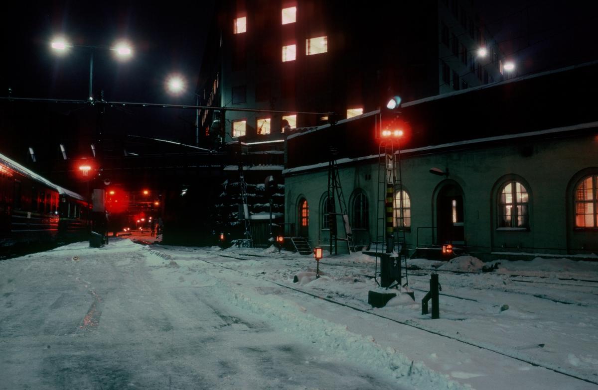 Oslo Vestbanestasjon. Utkjørhovedsignal M og høyt skiftesignal Zm.