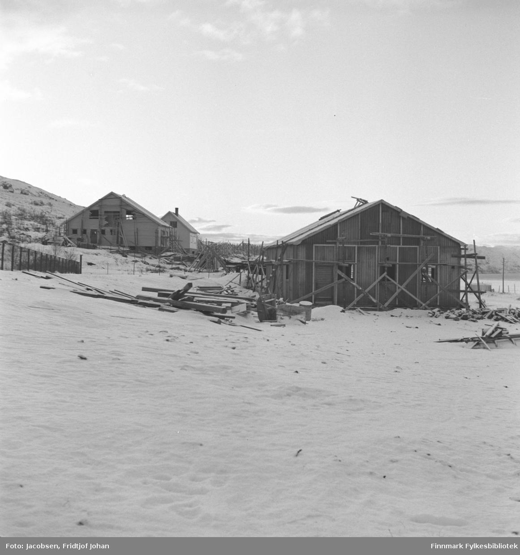 To hus bygges i Rypefjord etter andre verdenskrig. Huset til høyre tilhørte Statens vegvesen, til venstre for dette ligger huset til Ranveig og Bjarne Berg. Bakom ligger huset til lærerinne Anna Andersen