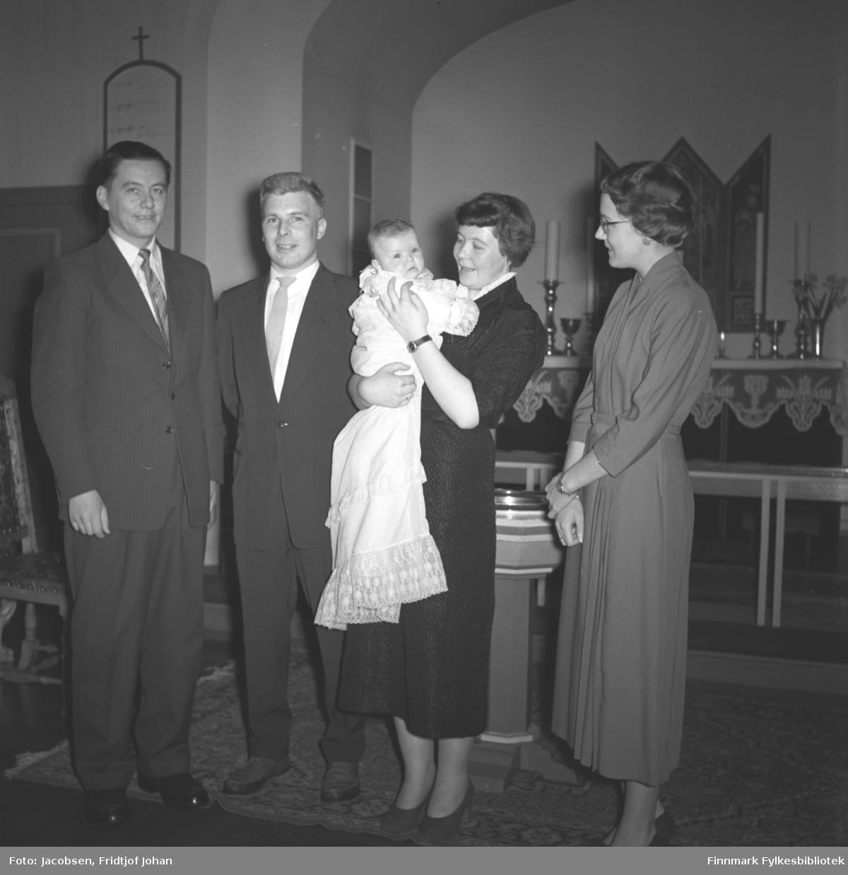 Barnedåp i Hammerfest kirke. Fra venstre: Ivar Aas, Halvard Sebergsen, Else Marie Sebergsen (Aas), Sissel Sebergsen (dåpsbarnet), Liv Aas (Hansen). Sigmund Nakken, Aase og Fridtjofs nevø ble døpt samme dag