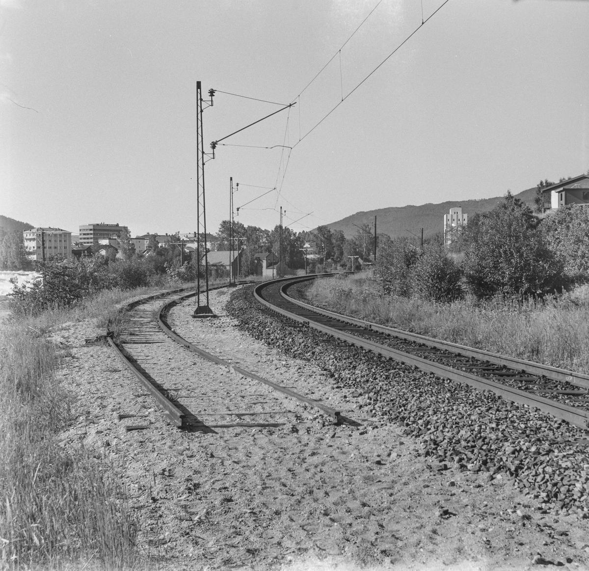 Ved Kongsberg gamle stasjon. Kongsberg fikk ny stasjon i 1917 i forbindelse med byggingen av Sørlandsbanen, og linjen ble lagt om, utenom den opprinnelige stasjonen.