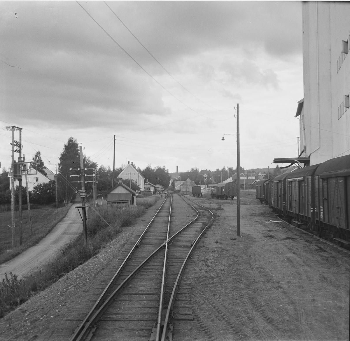 Lena stasjon på Skreiabanen. Utsikt fra bakerste vogn på A/L Hølandsbanens veterantog fra Eina til Skreia.