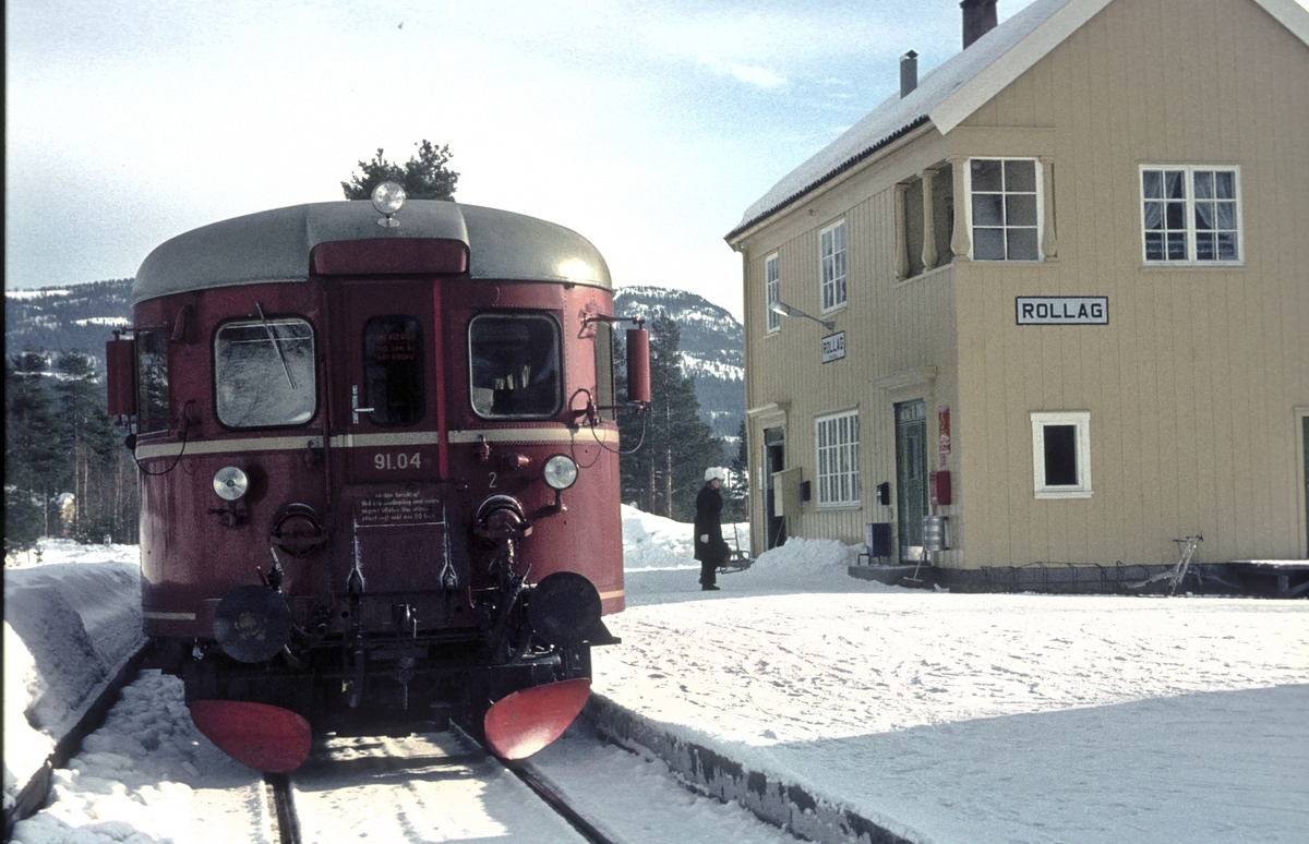 Persontog til Rødberg med BM 91 04 på Rollag stasjon.