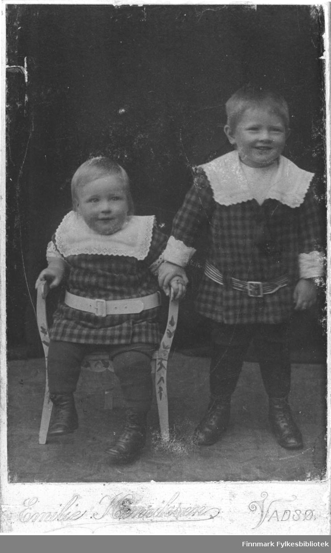 Portrett av brødrene Betten, fra venstre: Georg, John Harald. Fotograf: Emilie Henriksen. B 5522