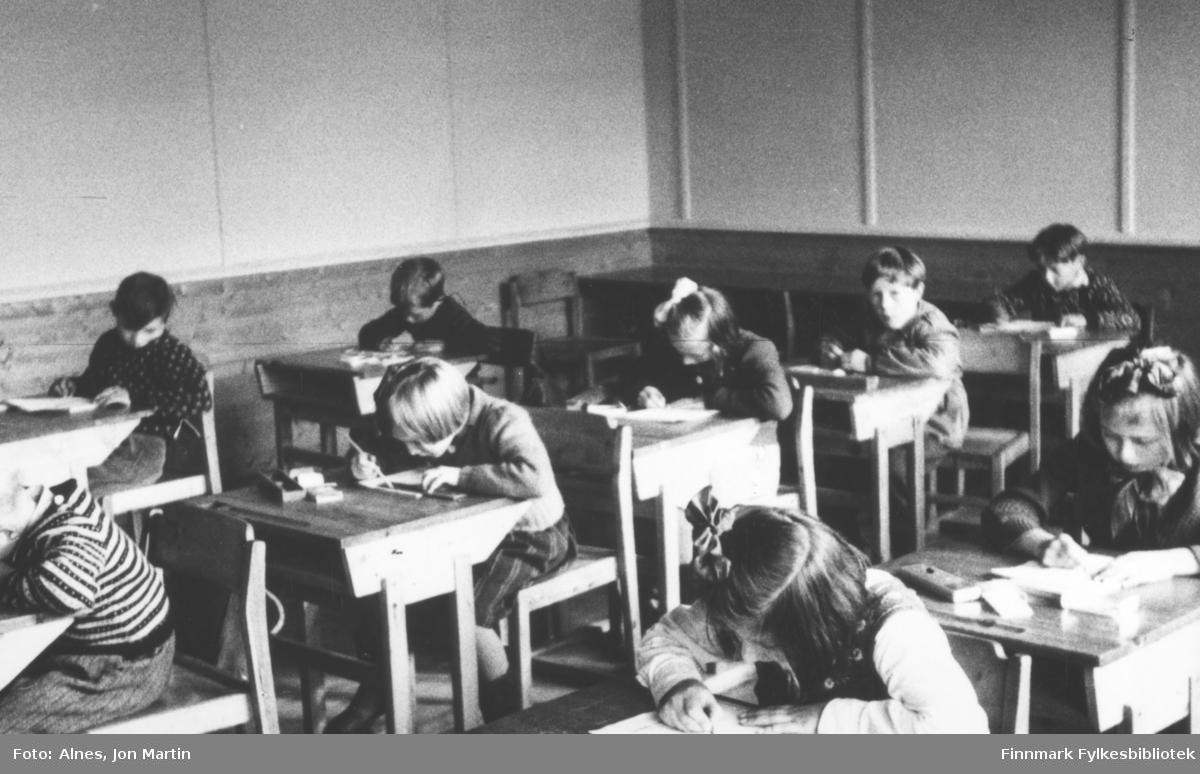 I klasserommet til 3. klasse ved Øksfjord barneskole, høsten 1953. Elevene sitter konsentrert og jobber