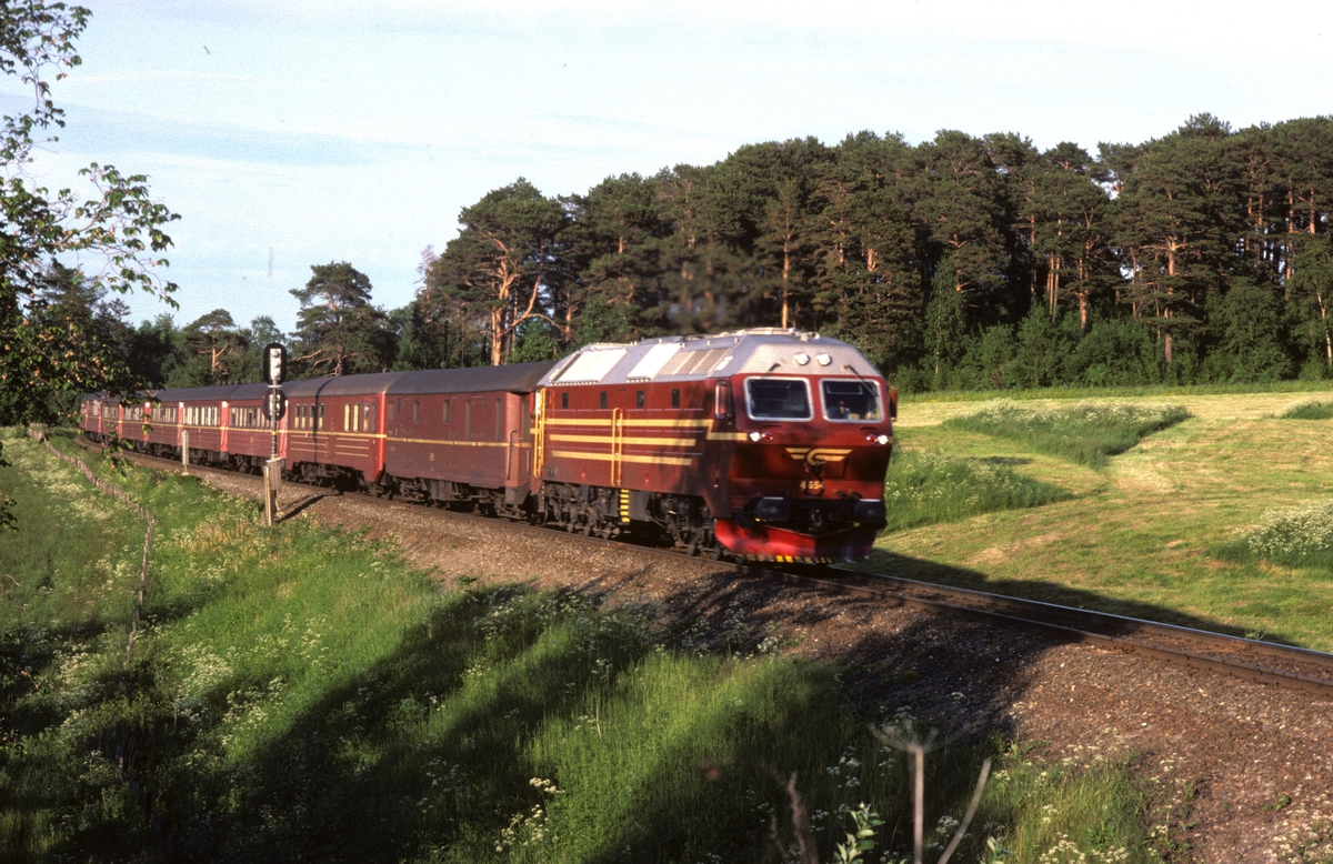 Dagtoget Bodø - Trondheim, tog 452,  med NSB dieselelektrisk lokomotiv Di 4 654 og vogner type 3 har akkurat passert innkjørhovedsignalet til Leangen stasjon.