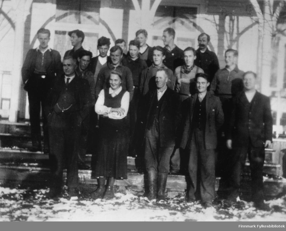 Klassebilde fra Landbruksskolen i Tana, antakelig midten av 1930-tallet. I fremste rekke står Ella Gunnari, som trolig var den første kvinnen som tok agronomutdannelse i Finnmark.