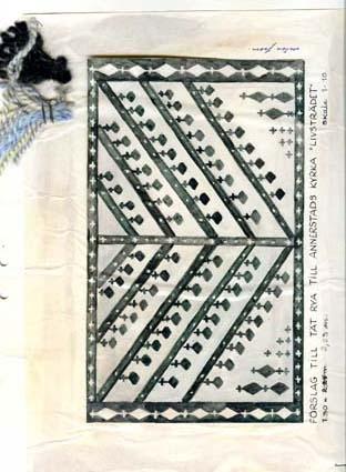 """Fem skisser med förslag till tät rya till Annerstad kyrka.GHKL 4038:1 Förslag till tät rya till Annerstads kyrka 1,30 x 2,25 m. Skisstorlek ca 13 x 22,5 cm, skala 1:10.GHKL 4038:2Förslag till tät rya till Annerstads kyrka 1,30 x 2,25 m. Skisstorlek ca 13 x 22,5 cm, skala 1:10. """"Garnprover: samma som till nr 1"""".GHKL 4038:3Förslag till tät rya till Annerstads kyrka 1,30 x 2,25 m, """"Livsträdet"""". Skisstorlek ca 13 x 22,5 cm, skala 1:10.GHKL 4038:4Förslag till tät rya till Annerstads kyrka 1,30 x 2,25 m. Skisstorlek ca 13 x 22,5 cm, skala 1:10. """"Mönstret samma som i den stora mattan, garnprover samma som i nr 1.""""GHKL 4038:5Förslag till tät rya till Annerstads kyrka 1,30 x 2,25 m. Skisstorlek ca 13 x 22,5 cm, skala 1:10. """"Garnprover samma som i nr 1"""".BAKGRUNDHemslöjden i Kronobergs län är en ideell förening bildad 1990. Den ideella föreningen ersatte Kronobergs läns hemslöjdsförening bildad 1915.Kronobergs läns hemslöjdsförening hade butiksverksamhet och en vävateljé med anställda väverskor och formgivare där man vävde på beställning till offentliga miljöer, privatpersoner och till olika utställningar.Hemslöjden i Kronobergs län har idag ett arkiv med drygt 3000 föremål, mönster och skisser från verksamheten och från länet. 1950-talet var de stora beställningarnas tid och många skisser och mattor till kyrkorna kom till under detta årtionde."""