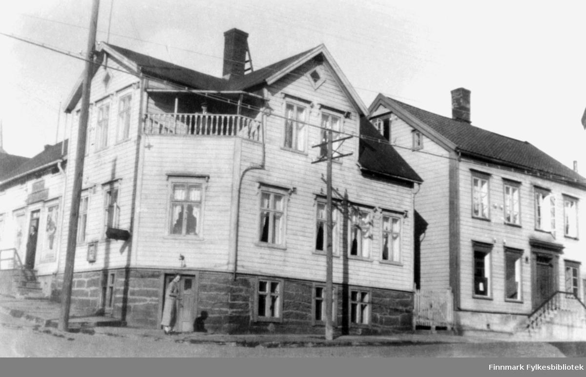 Kildahl Olsens gård og Bokhandel og Vadsø Sparebank på krysset av Tollbodgaten og Havnegaten.