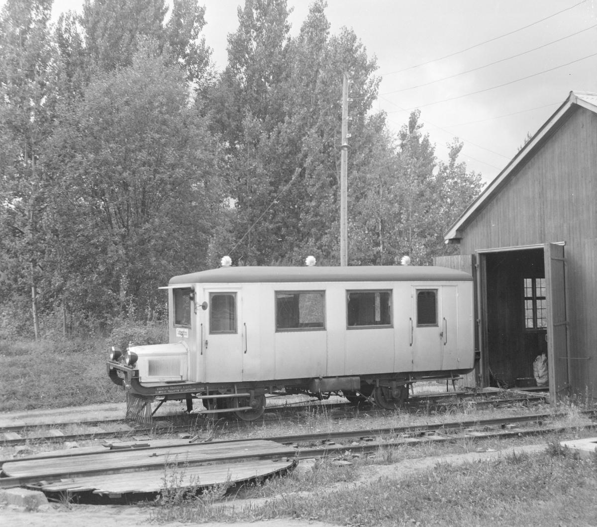 Vognhallen på Solbergfoss med Solbergfossbanens motorvogn Jomfrua.