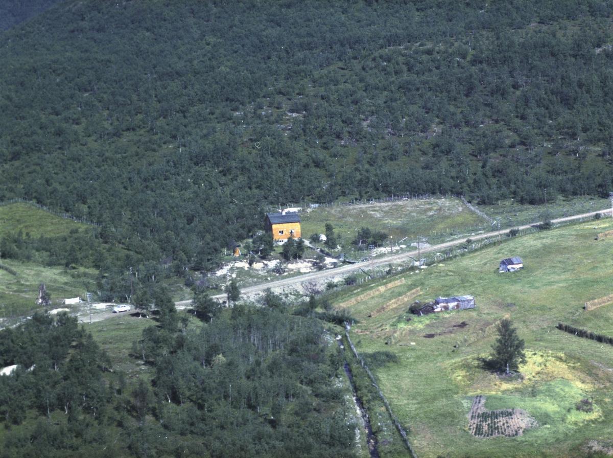 Flyfoto fra Kunes. Negativ nr. 122653. Kunde var Hjalmar Hendriksen fra Kunes.    Fargekopi finnes i arkivet.