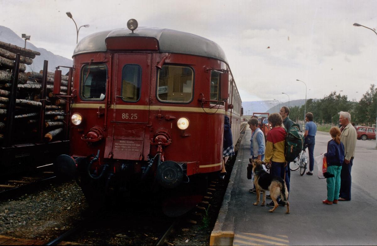 """Reisende går ombord i """"Majavassvogna"""", motorvogna Mo - Majavatn, persontog 476. Motorvogna er BM 86 25."""