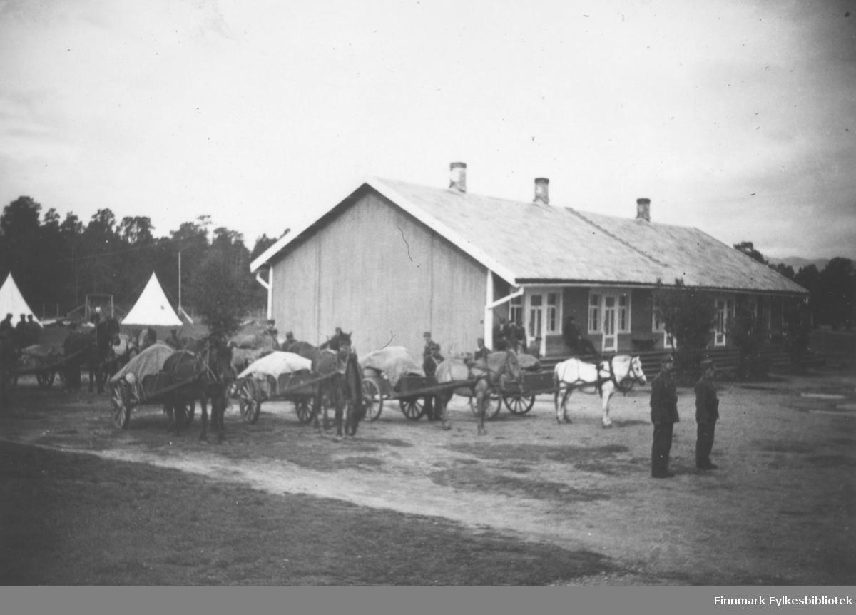 Flere hestetren klare til utfart fra Altagård. Innskrift album: 'Trenet er startklar'