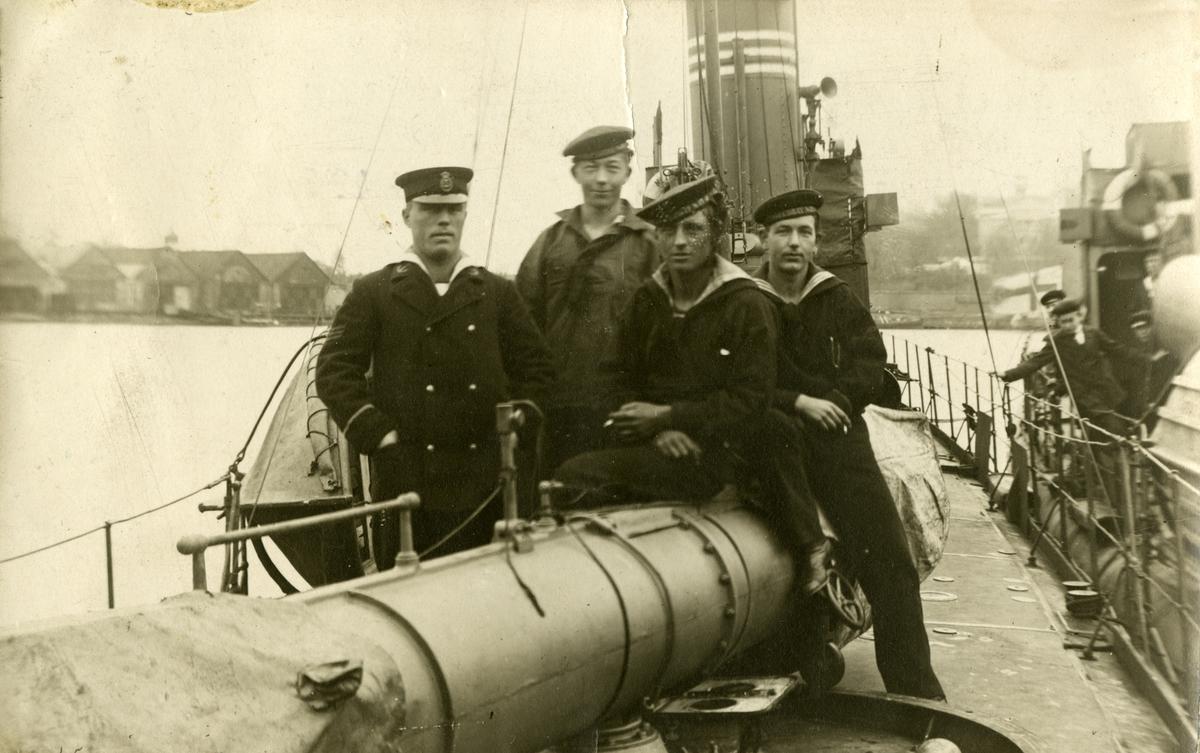 Sjömän i en gruppbild ombord ett fartyg. Gustaf Andersson sittandes på tuben.