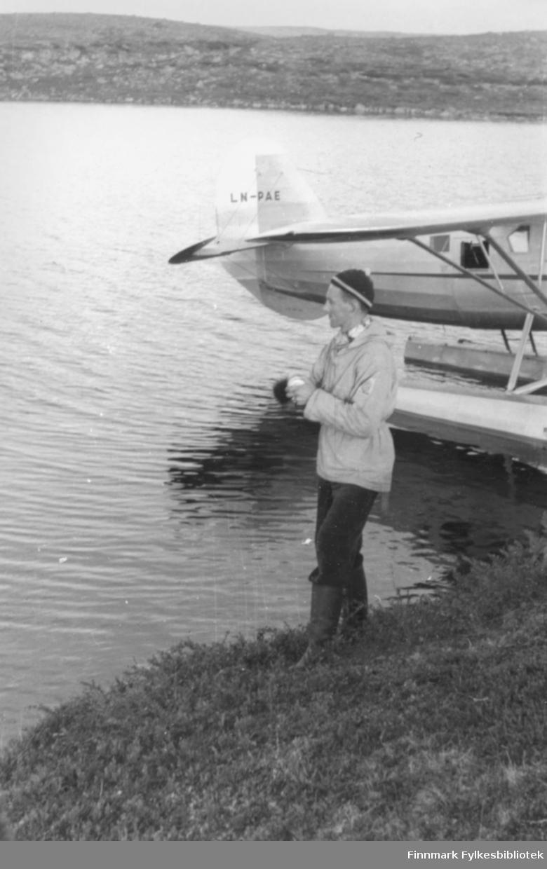"""Ernst Lebesby demonstrerer fiske med boks og sluk og """"blavott"""".. Foto: Per Bjørgan."""