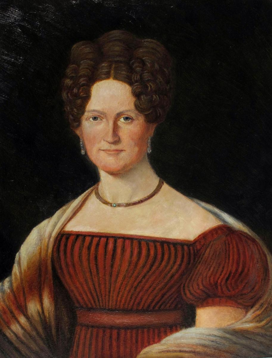 Kvinneportrett, halvfigur, en face, høyt oppsatt, mellomblondt hår, øredobber, halskjede, rød, plissert, utringet kjole m/ korte puffermer, grått og rødt  sjal over skuldrene.  Bakgr. mørk brun. Portrett av Margarethe Sophie Dedekam, f. Ebbell  1802-54
