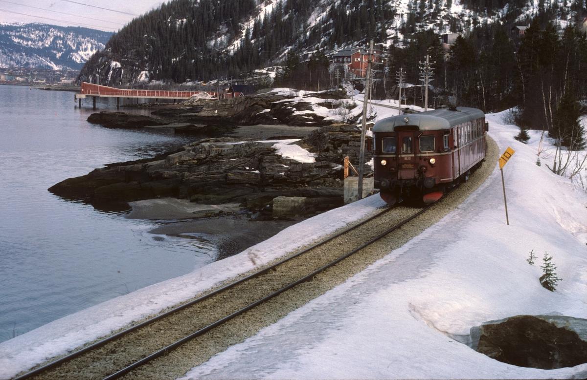 Persontog 476 til Majavatn med NSB dieselmotorvogn BM 86K 10 ved Langnesbukta sør for Mo i Rana.